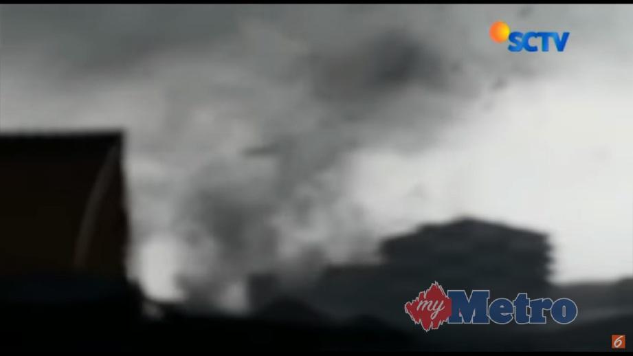 PUTING beliung selaju 70 kilometer sejam yang melanda Sidoarjo merosakkan lebih 600 rumah. FOTO YouTube Liputan6.com