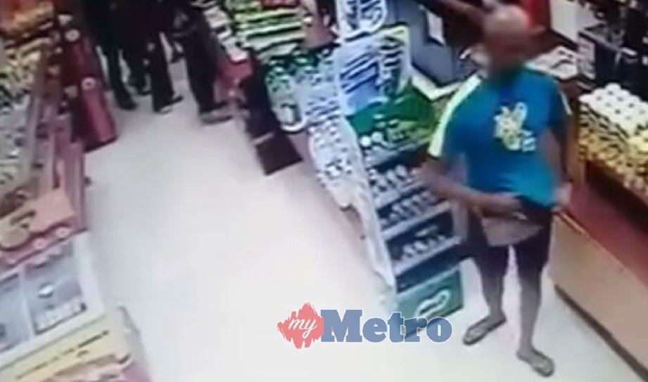 RAKAMAN CCTV yang tular menunjukkan suspek mengambil dompet mangsa.