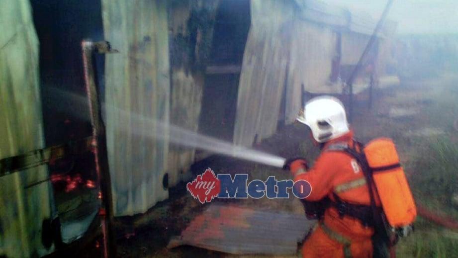 ANGGOTA Bomba memadam kebakaran di kuarters pekerja. FOTO ihsan Bomba