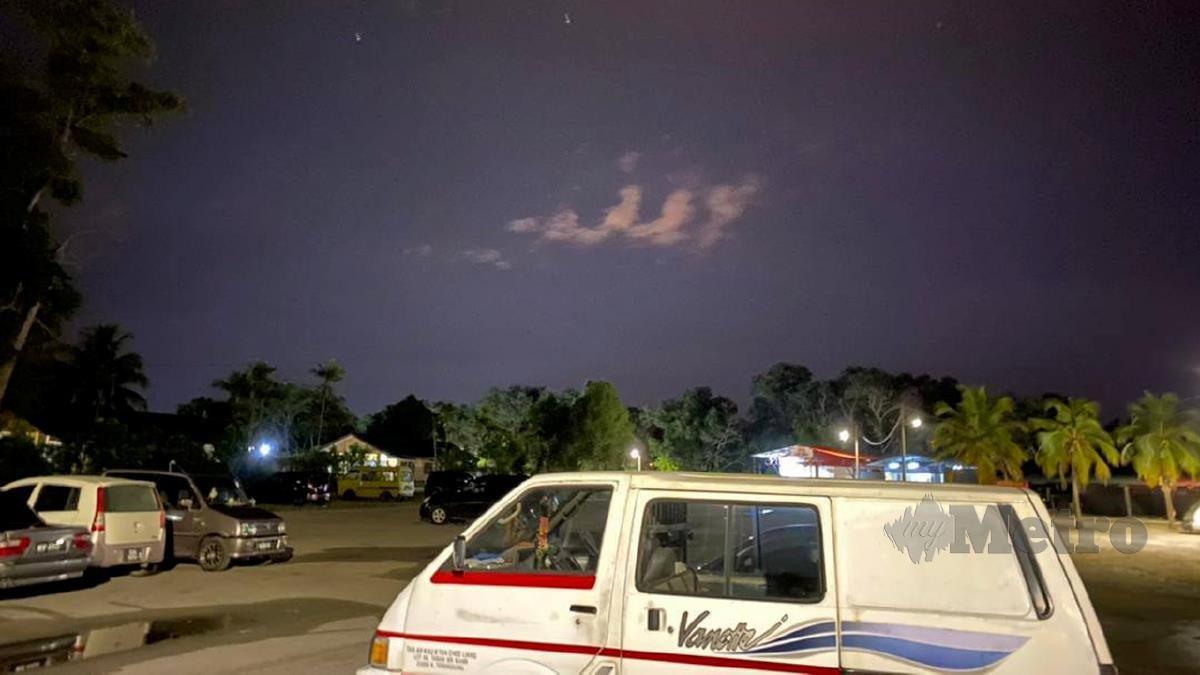 KALIMAH Allah yang terbentuk di langit tular di media sosial. FOTO ihsan Mohd Nor Firdaus Ibrahim