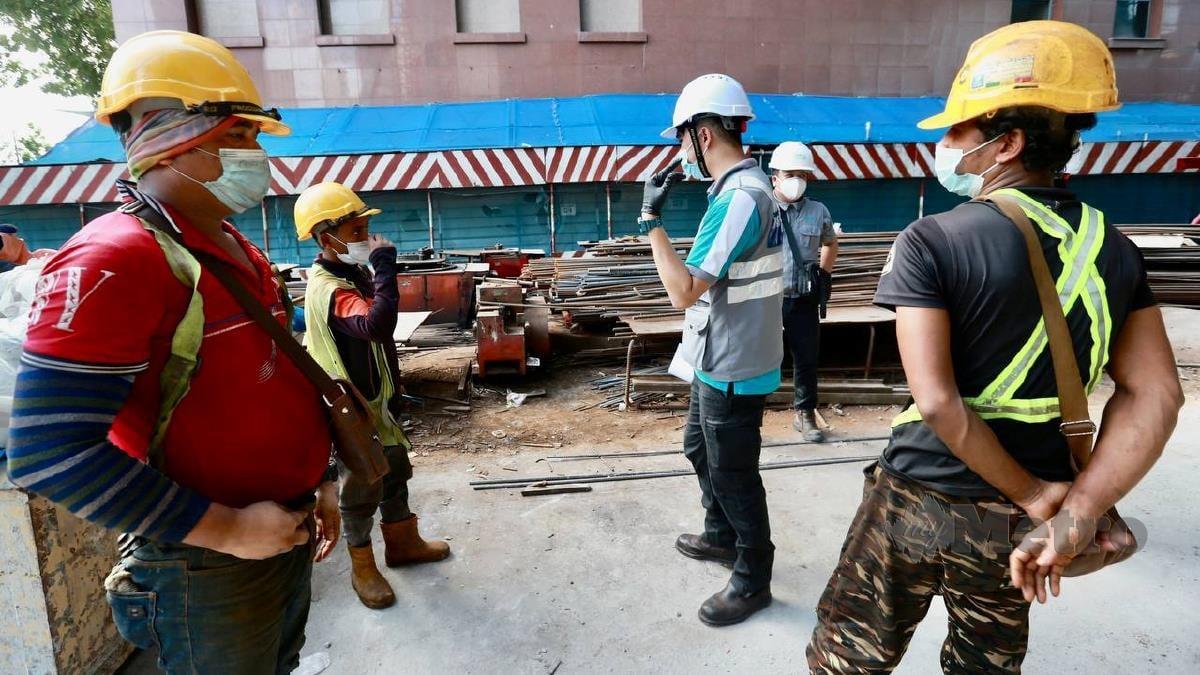 PENGUATKUASA Lembaga Pembangunan Industri Pembinaan Malaysia (CIDB) membuat pemeriksaan pematuhan prosedur operasi standard (SOP) terhadap pekerja tapak binaan. FOTO Fathil Asri