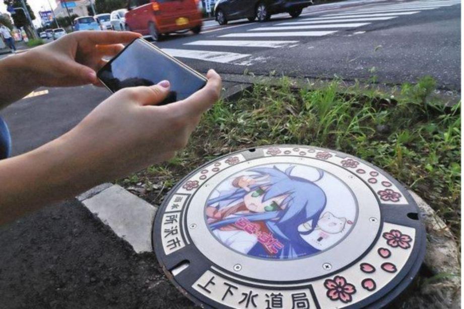 ANTARA penutup lubang yang dihiasi karektor anime. FOTO Agensi