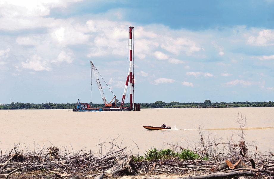 KERJA pembinaan jambatan baru Bagan Datuk ke Kampung Sejagop  mula dijalankan pada 3 Julai tahun lalu.