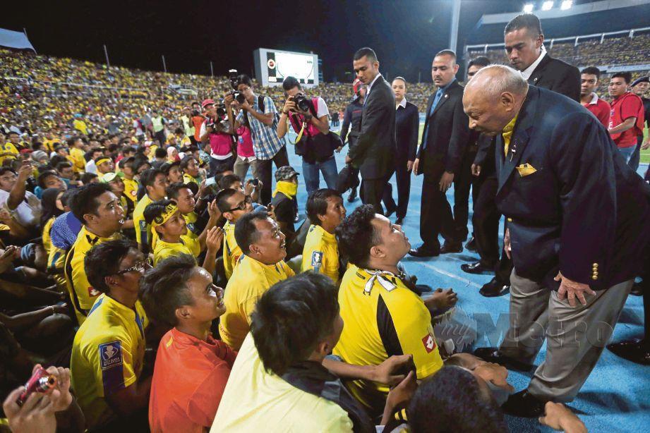 ALMARHUM Sultan Ahmad Shah  mencemar duli turun ke padang mententeramkan  penyokong yang dibenarkan masuk dan duduk di atas balapan stadium akibat kepadatan penyokong dan menyebabkan perlawanan separuh akhir kedua Piala FA di antara Pahang dan Johor Darul Takzim ditangguh selama 30 minit di Stadium Darul Makmur pada 28 Mei 2013.