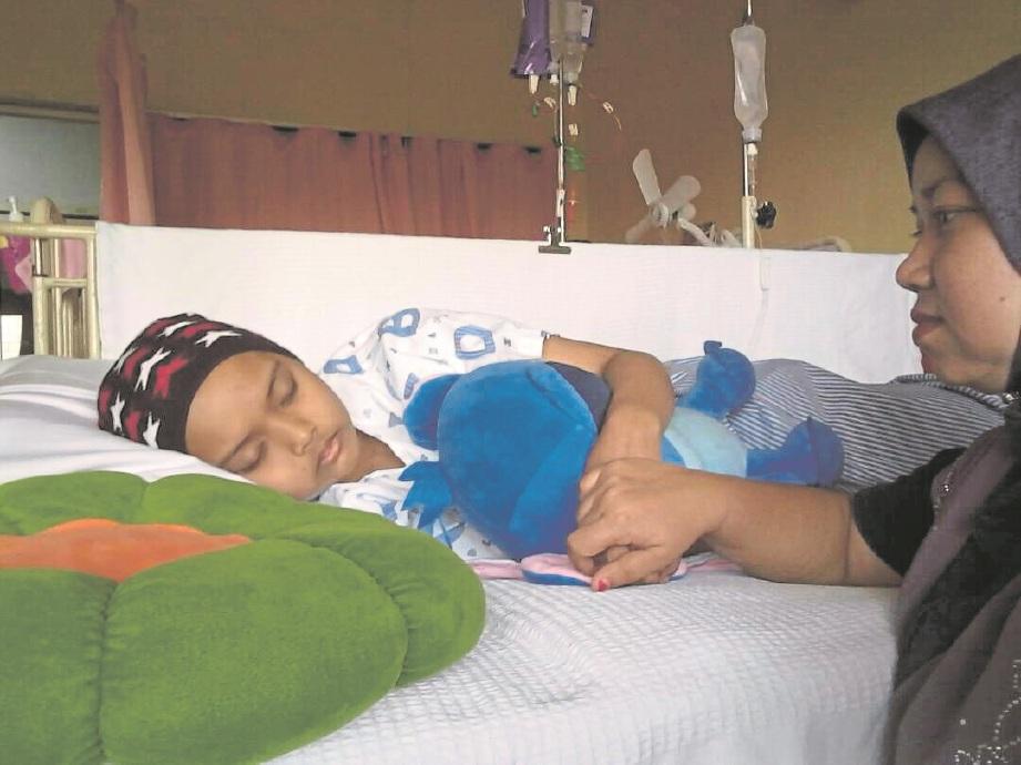 MARLINA (kanan) menjaga Nurul Syazwina yang menerima rawatan di hospital.