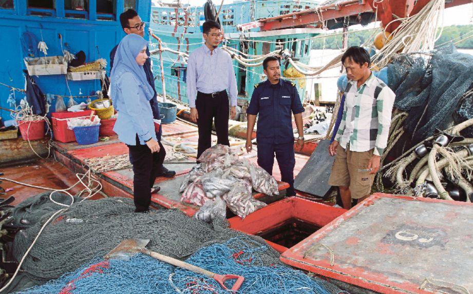 Azahari  (tengah) menyoal siasat nelayan warga asing Vietnam yang ditahan.