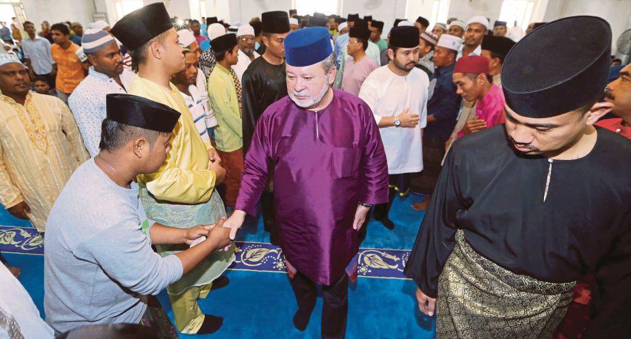 SULTAN Ibrahim diiringi Tunku Ismail, berkenan bersalaman dengan rakyat ketika hadir menunaikan solat sunat Aidiladha di Masjid Pasir Pelangi.