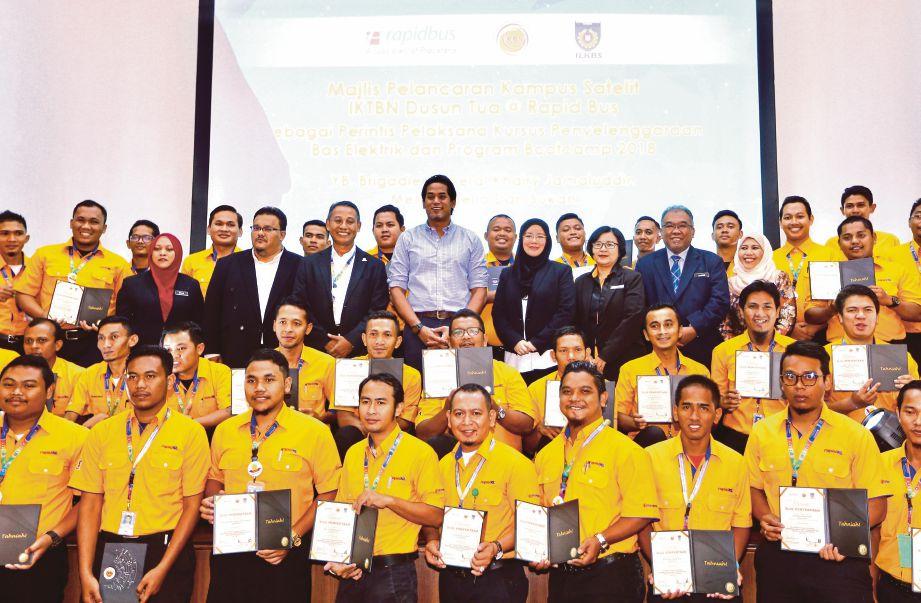 KHAIRY (tengah) bersama peserta program bootcamp pada Majlis Pelancaran Kampus Satelit IKTBN Dusun Tua@Rapid Bus.