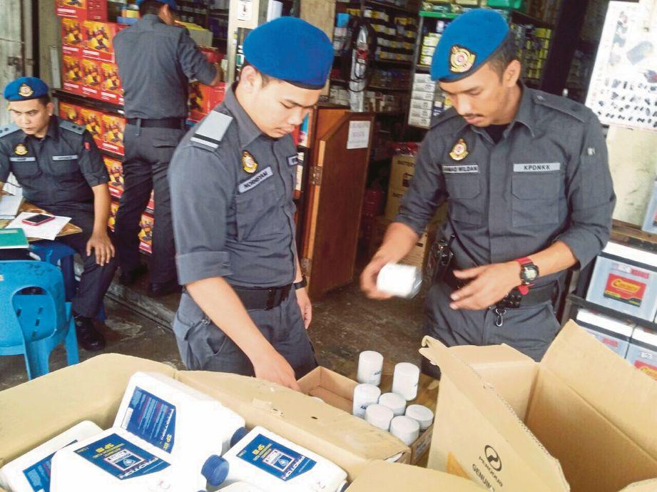 ANGGOTA KPDNKK merampas alat ganti tiruan PROTON di sebuah bengkel di Pandan Jaya.