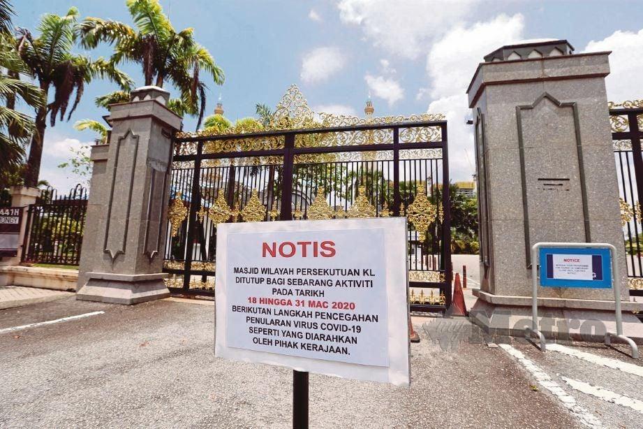 NOTIS penutupan ditampal di pagar Masjid Wilayah Persekutuan yang ditutup kepada orang ramai dari segala aktiviti termasuk solat Jumaat berikutan penguatkuasaan Perintah Kawalan Pergerakan bagi menangani Covid-19. FOTO - Hairul Anuar Rahim