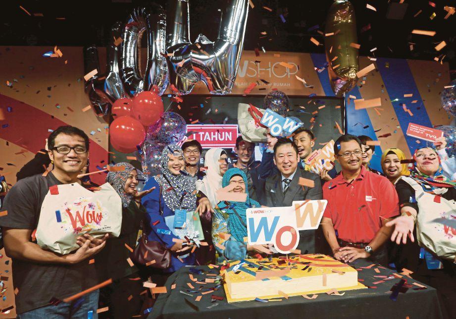 KIM  (tengah)   pada majlis sambutan Ulang Tahun Pertama CJ Wow Shop di Studio 1 NTV7 Glenmarie.