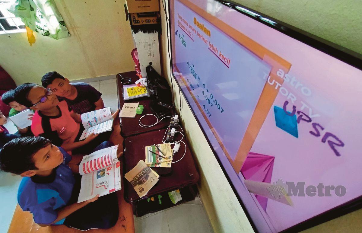 MURID mengulang kaji pelajaran dengan menonton siaran TV pendidikan (gambar fail). FOTO Arkib NSTP