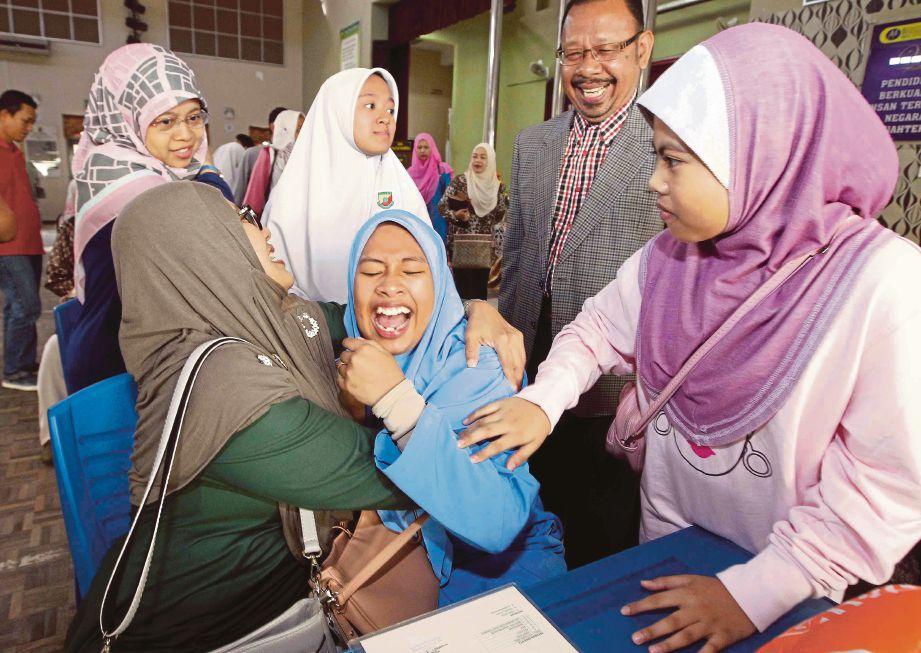SEORANG ibu calon PT3 gembira melihat keputusan PT3 anaknya.