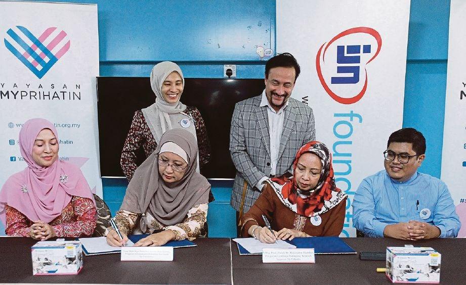 MUHD Al-Bazly (duduk kanan), Nurul Izzah dan Akmal Arief (berdiri) menyaksikan Zuraida (duduk kiri) serta Prof Dr Halimaton menandatangani dokumen perjanjian.