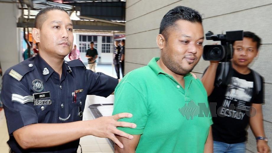 ANGGOTA polis mengiringi Mohd Azimar di Mahkamah Sesyen Kangar. FOTO Amran Hamid