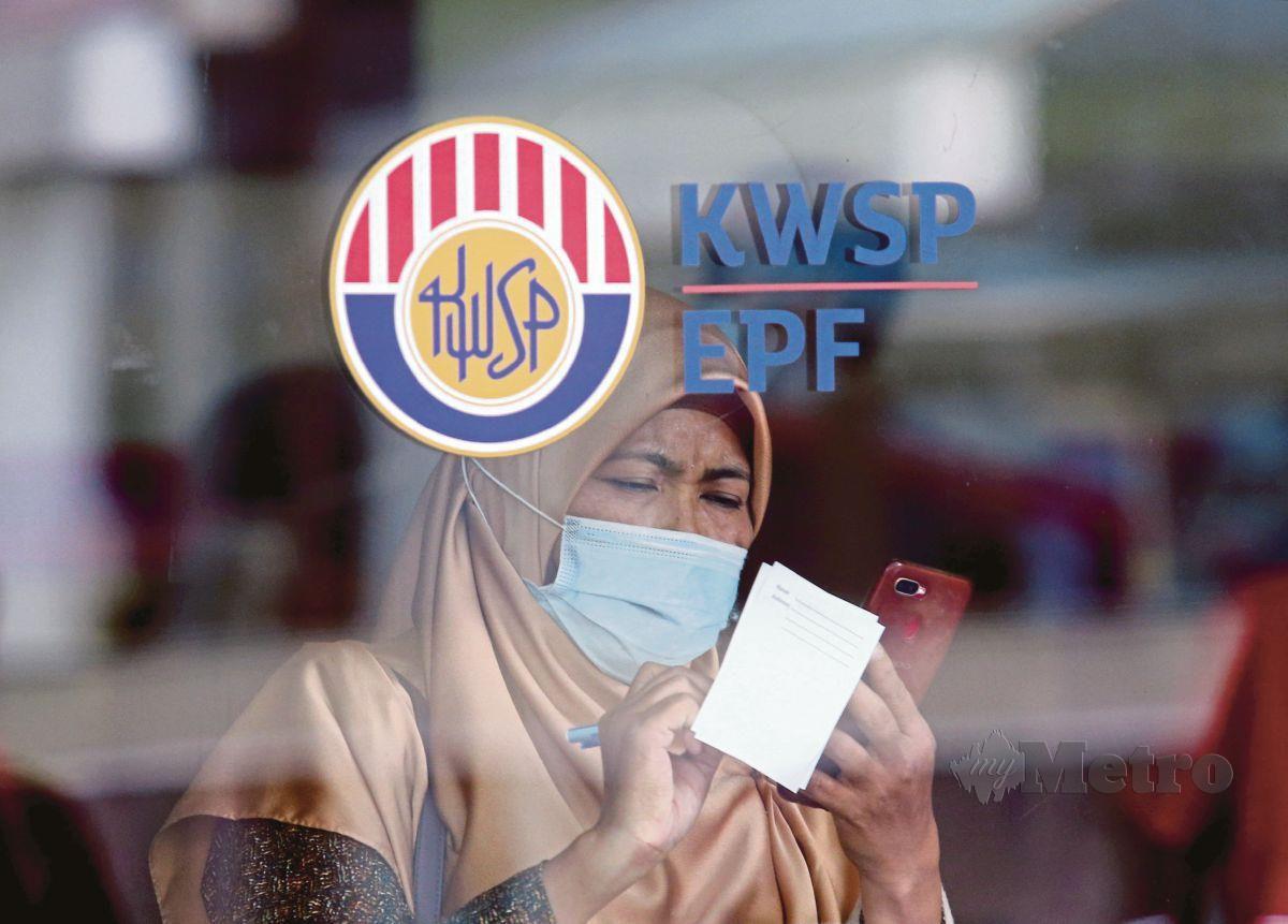 SEORANG pencarum berurusan di Ibu Pejabat KWSP, Jalan Raja Laut di ibu kota.