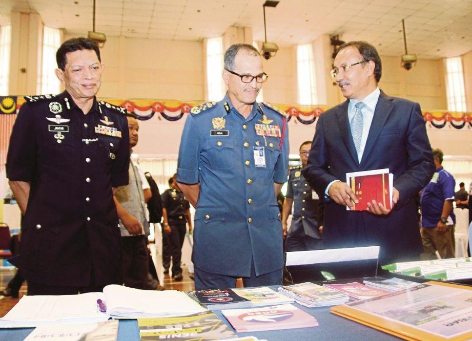 WAN Mohd Nor  (tengah) pada Forum Pemerkasaan Integriti Zon Selatan di Seremban, semalam.