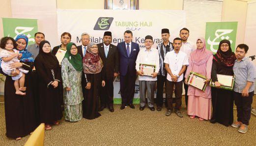ABDUL Azeez (tengah) dan Ketua Pegawai Eksekutif Tabung Haji, Tan Sri Ismee Ismail bersama waris keluarga mangsa MH17, semalam.