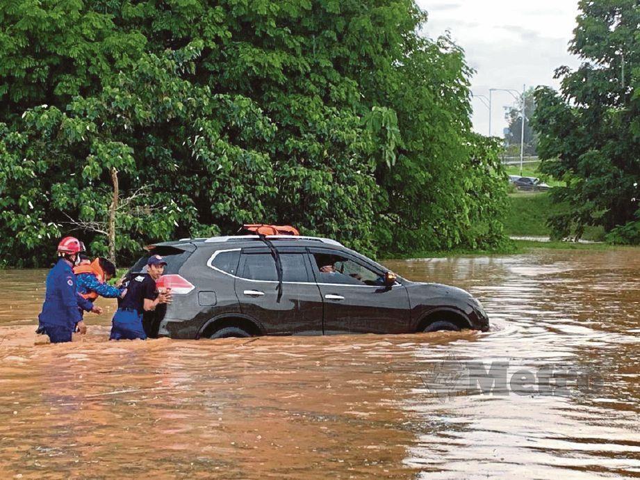 ANTARA kenderaan yang terkandas di Lebuh Wadi Ehsan di Desa Pinggiran Putra menghala ke PICC akibat banjir kilat.