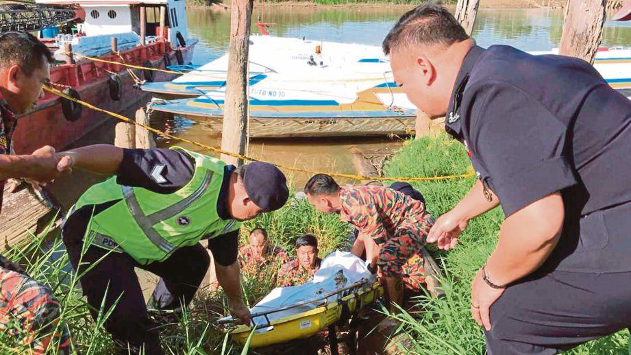 PASUKAN penyelamat dibantu orang ramai membawa naik kedua-dua mayat mangsa.