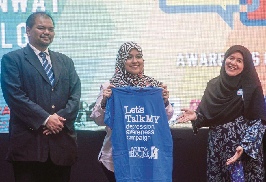 MAS Ermieyati (tengah) ketika melancarkan program Kempen Kesedaran Kemurungan di sini, semalam sambil diapit Nor Hayati (kanan) dan Pengarah Pusat Maklumat Kesihatan, Dr Mohd Rashidi Abdul Salam.