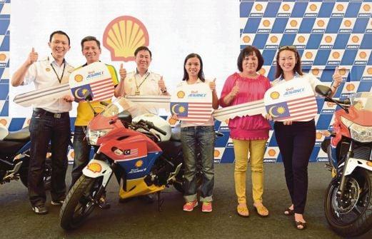 Alex  (tiga dari kiri) bersama tiga pemenang peraduan Shell Advance menerima replika motosikal SAATC.