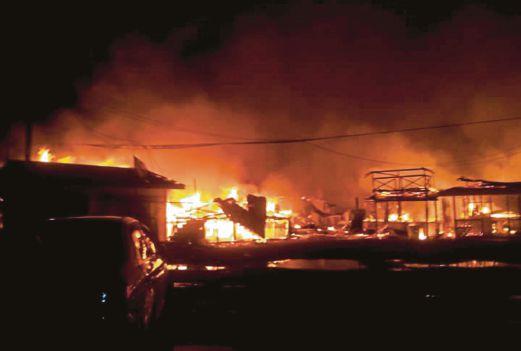 KEADAAN kebakaran di perkampungan atas air di Kampung Landung Ayang Laut, Kudat.