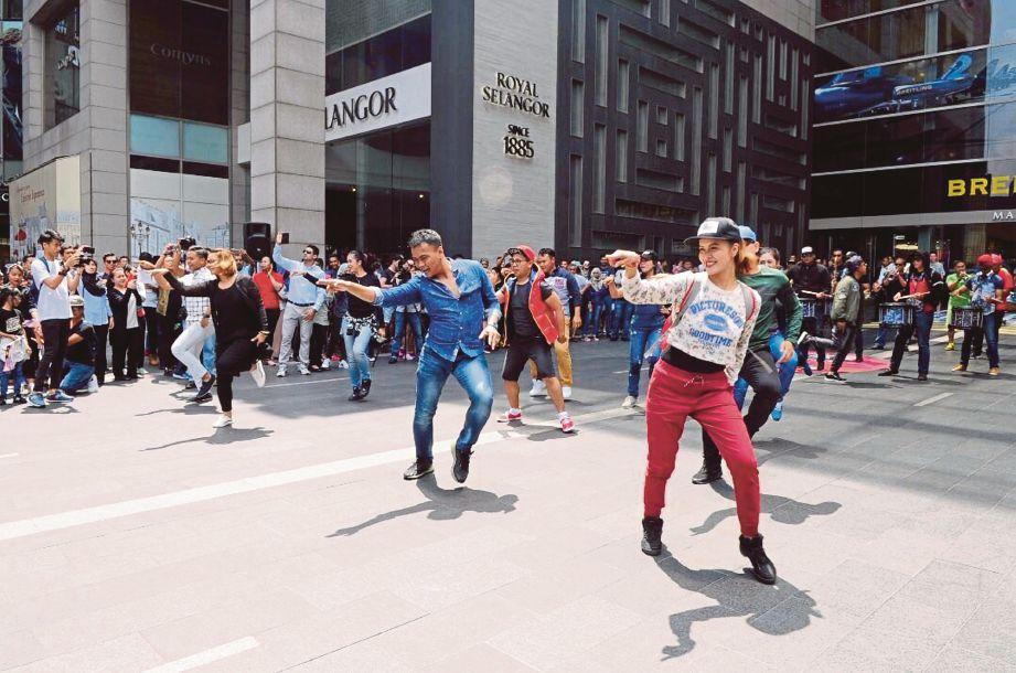 Flash mob kempen Tabung Pahlawan di pintu utama Pusat Beli-Belah Pavilion, Bukit Bintang, semalam.