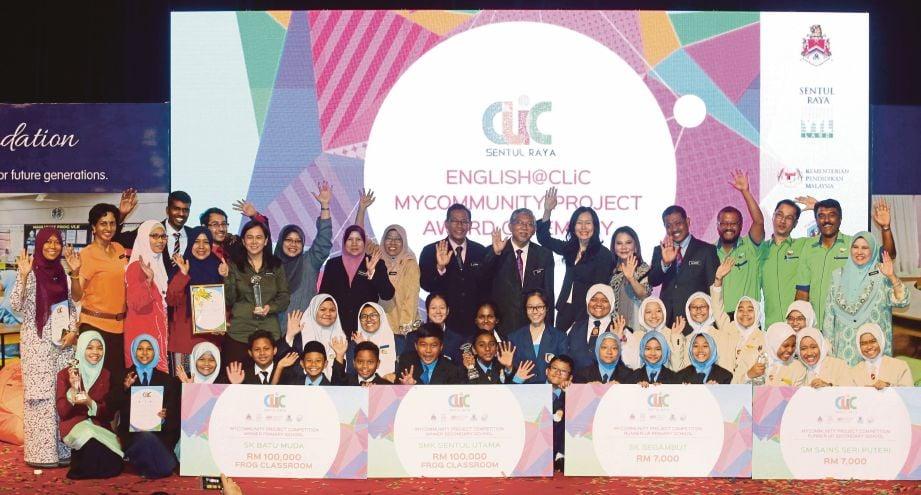 Mohd Najib (tengah) bersama pemenang setiap kategori pada majlis penyampaian hadiah 'The English@Clic Program' di Auditorium DBKL.
