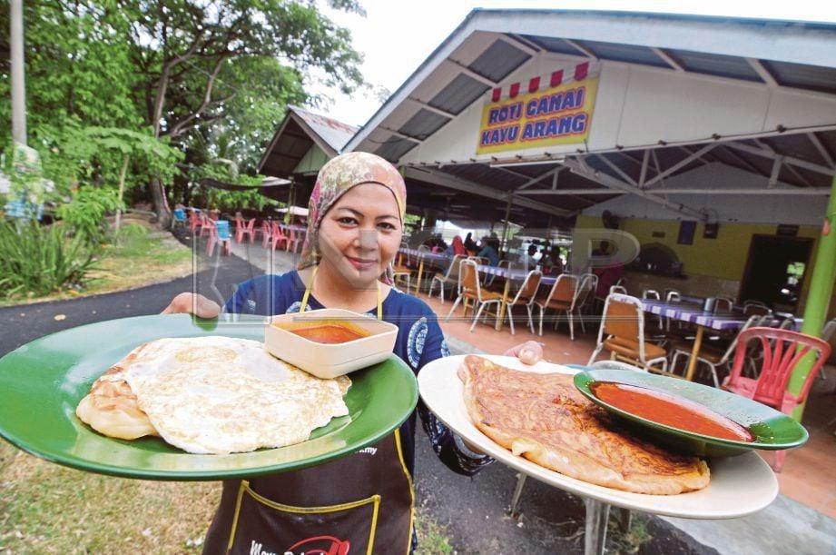SITI Ida  menunjukkan hidangan roti tampal  dan roti sardin  yang   mendapat permintaan tinggi   pelanggan.