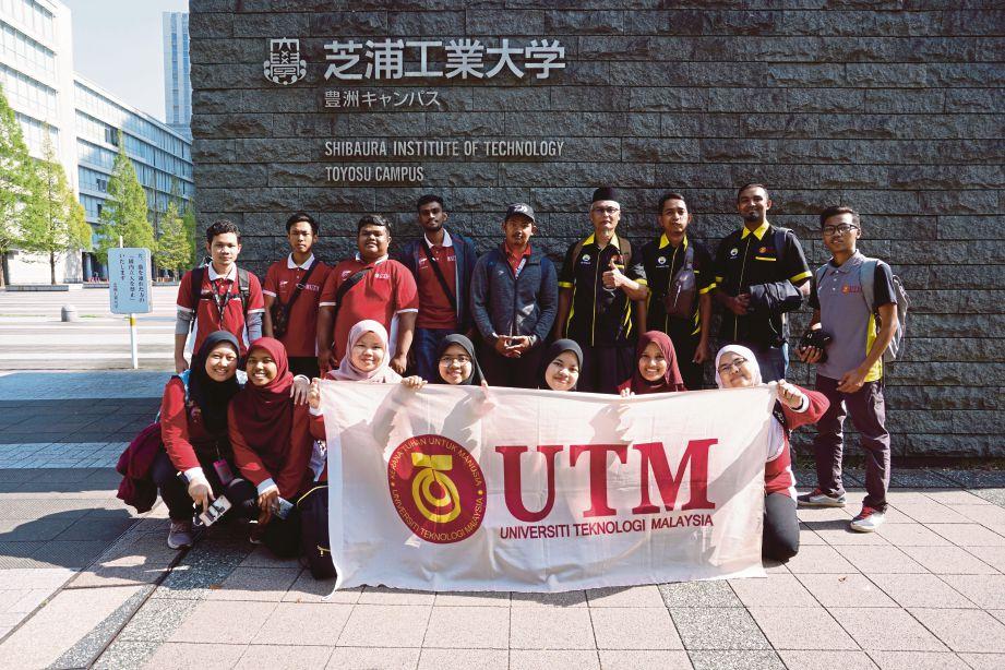 PENUNTUT UTM bergambar kenangan di Tokyo.