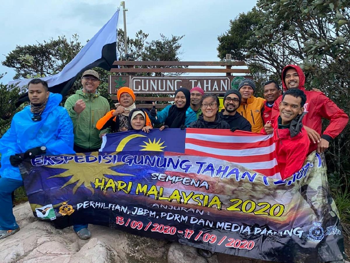 PESERTA media yang berjaya menawan puncak Gunung Tahan.