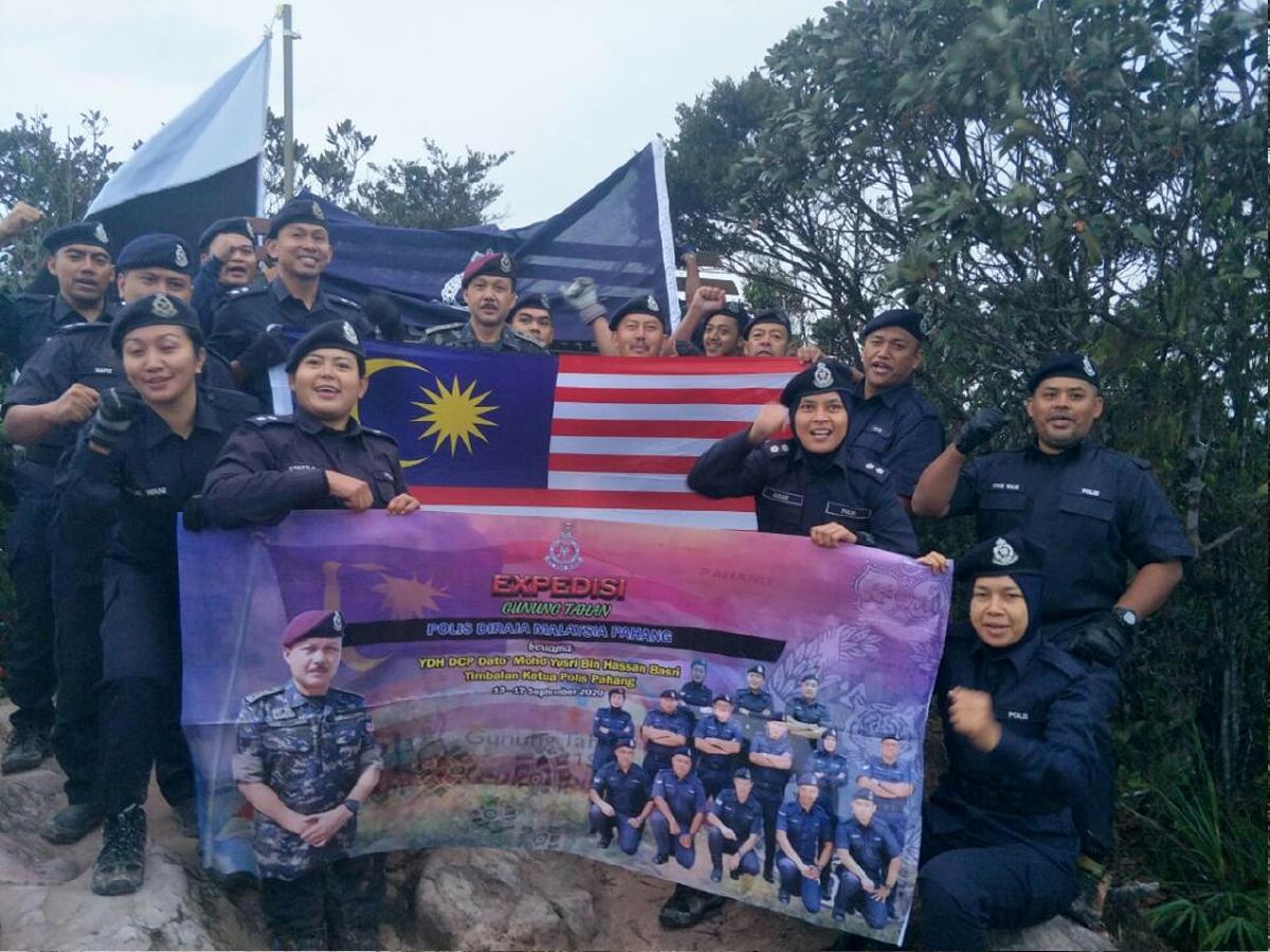 PESERTA PDRM yang berjaya menawan puncak Gunung Tahan.