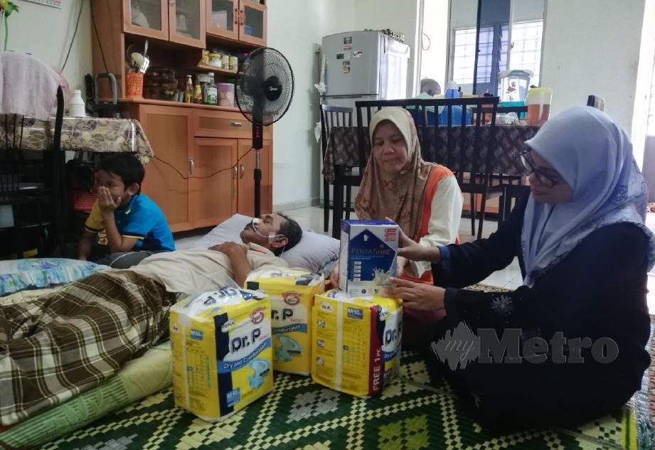 ROHAIDATUL (kanan) menziarah Rosnah dan Kamarulzaman yang terlantar akibat angin ahmar. FOTO Noor Hidayah Tanzizi