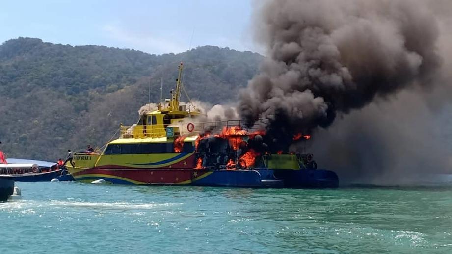 FERI penumpang terbakar di perairan Langkawi. FOTO ihsan pembaca