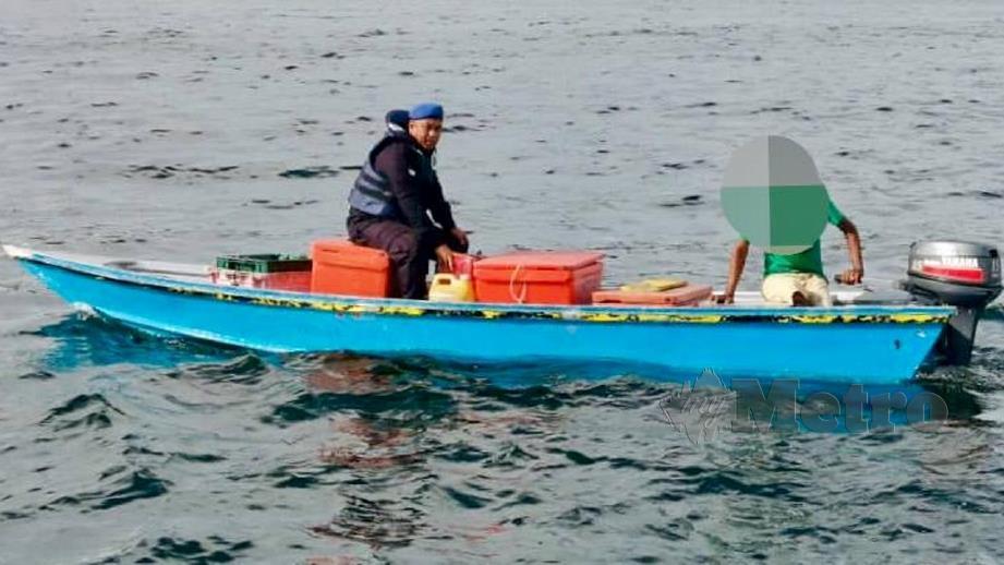 PASUKAN Polis Marin (PPM) menahan juragan bot bersama muatan ikan. FOTO ihsan PPM