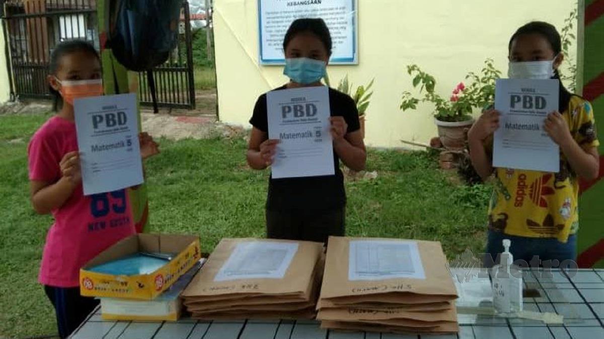 Murid memgambil modul bercetak di pondok pengawal sekolah. FOTO ihsan Dr Pranchis Andin