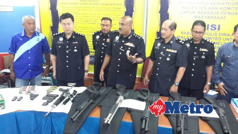 DEV (tengah) menunjukkan senjata yang dirampas. FOTO Mohd Rizal Abdullah