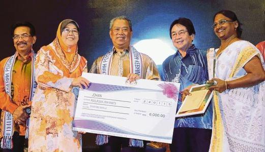 MUHYIDDIN menyampaikan hadiah kepada pemenang Anugerah Perdana RT  2014 di Bangunan DUN Sabah,  semalam