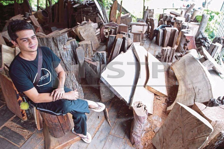 HAMDAN bersama  sebahagian kayu hanyut untuk dijadikan pelbagai jenis perabot mengikut tempahan pelanggan.