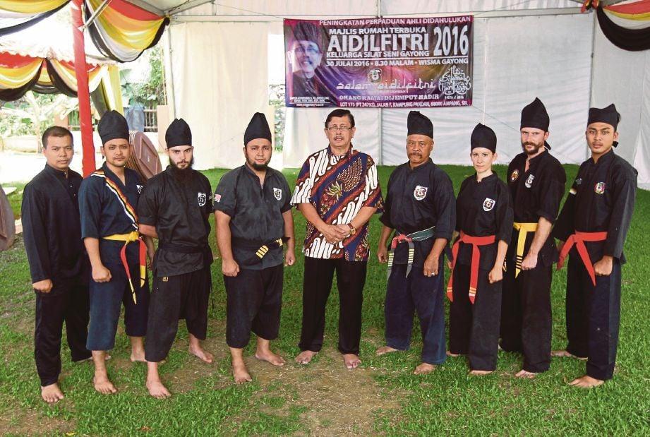 ADIWIJAYA (tengah) bersama pesilat di Wisma Gayong, Ampang.