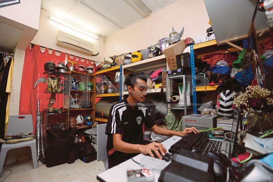 RUSYDI menyiapkan tempahan dari pelanggan. FOTO/SUPIAN AHMAD