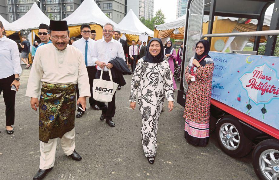 NANCY (kanan) diiringi Dr Mohd Yusoff (kiri) ketika hadir Majlis Rumah Terbuka Kumpulan Industri Kerajaan Malaysia dan Teknologi Tinggi (MIGHT) di Cyberjaya.