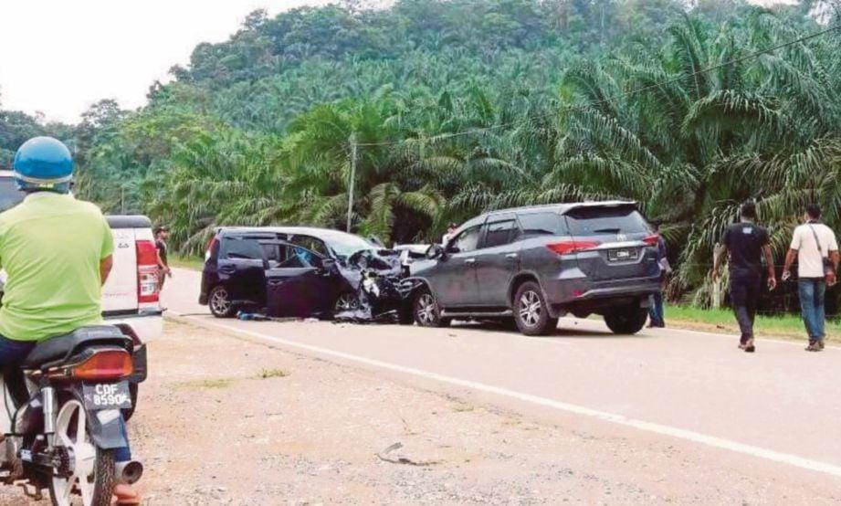 DUA-dua kenderaan remuk teruk di bahagian hadapan akibat pertembungan.