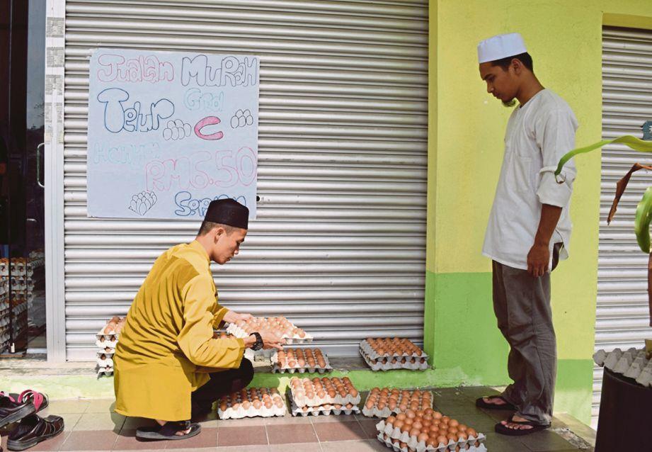 GURU Maahad Tahfiz Sahabat Insani berniaga telur di pekarangan sekolah bagi menampung kos perbelanjaan bulanan.
