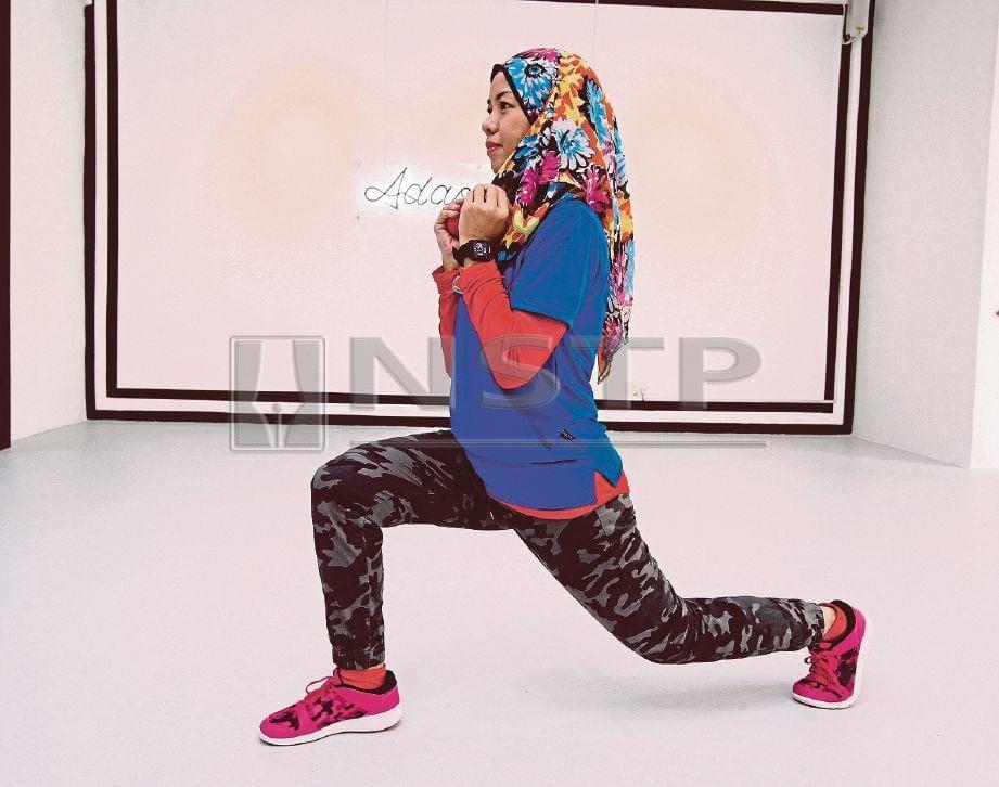 DARIPADA posisi 'squat' kembali dalam kedudukan 'lunge'. Pastikan kaki kanan ke hadapan manakala kiri di belakang dengan lutut hampir mencecah lantai. Tahan dalam kiraan 10 kemudian tukar kedudukan kaki anda.