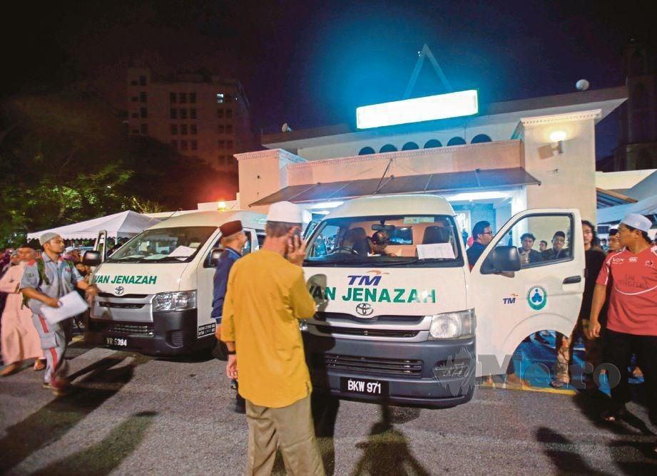 JENAZAH kedua-dua mangsa dikebumikan di Tanah Perkuburan Islam Seksyen 21, Shah Alam.
