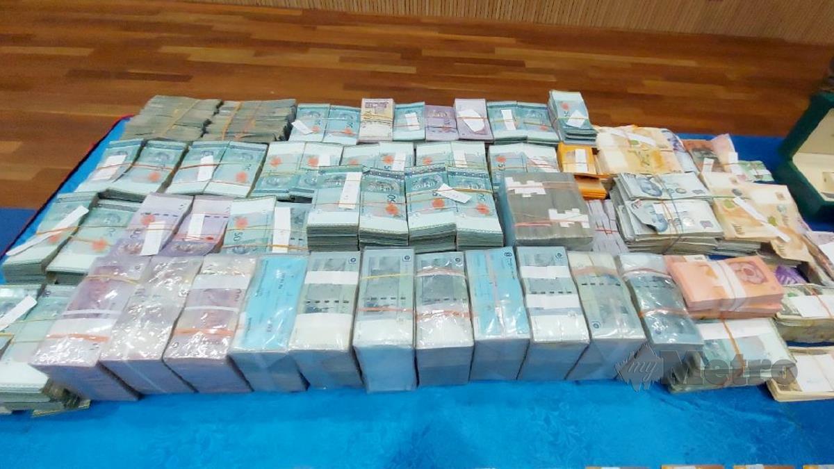 ANTARA barang termasuk wang tunai yang dirampas. FOTO Zain Ahmed