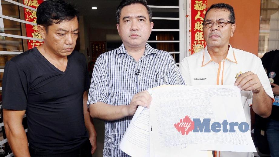 LOKE Siew Fook (tengah) dan Ketua Pengarah Jabatan Pengangkutan Jalan Malaysia, Datuk Seri Shaharuddin Khalid (kanan) pada sidang media ketika melawat Pong Yew Loon, (kiri), waris mangsa kemalangan. FOTO Saifullizan Tamadi