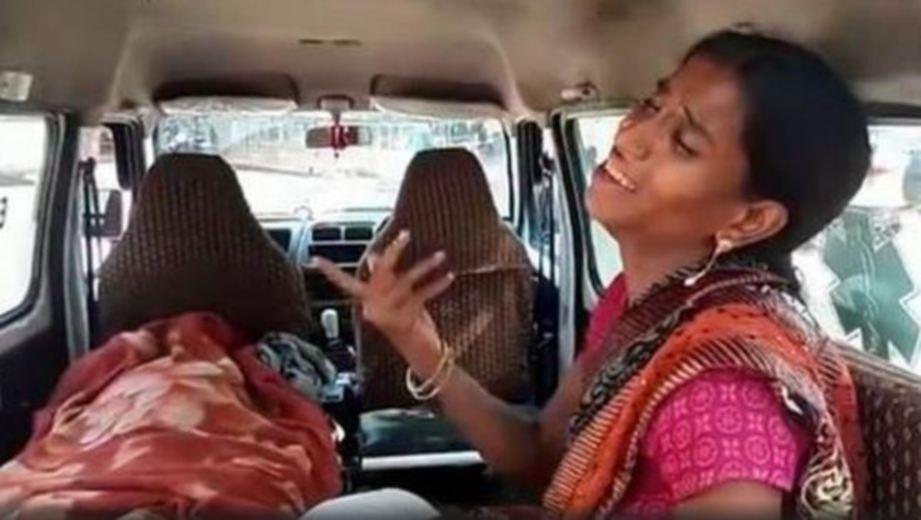 AARTI bersama jenazah suaminya Sunil Rajak yang disahkan meninggal dunia selepas tidak diterima untuk rawatan kerana tidak membayar yuran pendaftaran hospital/Agensi